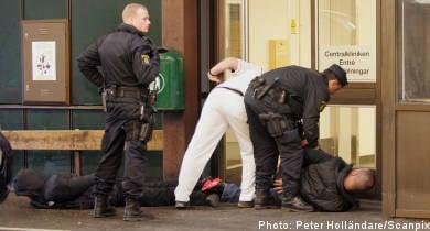 Gang chases injured man to hospital