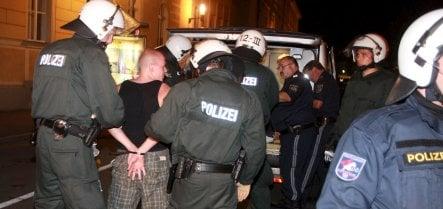 Police force Polish hooligans back over Frankfurt border bridge