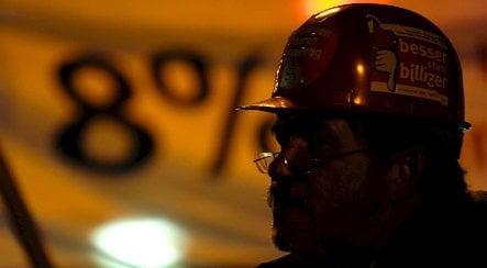 Thousands of metal industry workers strike