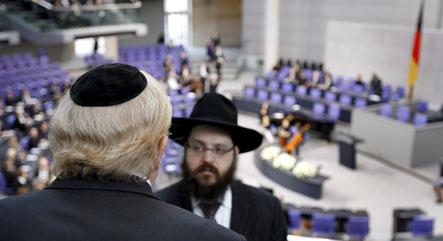 Jewish group boycotts Holocaust ceremony