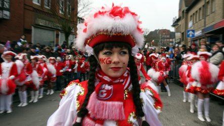 Karneval revellers brave chilly rain for Rosenmontag parade