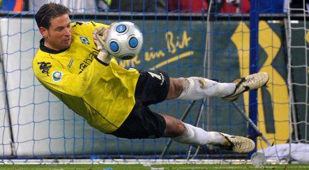 Werder Bremen goalie takes team to cup final