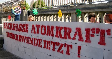 Protestors block nuclear power plant entrance