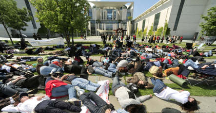 Dairy farmers go on hunger strike outside chancellery
