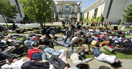Milk maids end hunger strike outside Merkel's office