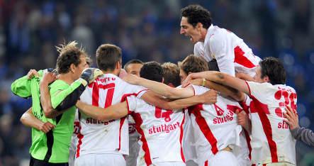 Stuttgart beats Schalke to stay in title race