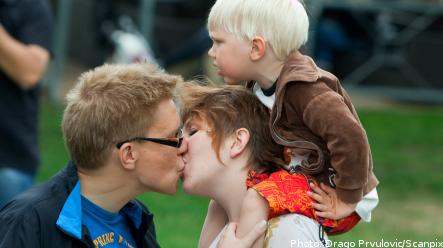 Couples lock lips in Malmö make-out fest