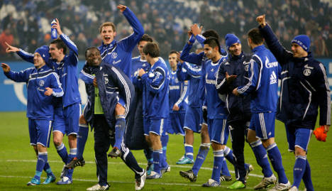 Schalke tops table with win over Mainz