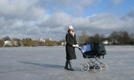 Hamburg put on ice as Alster freezes