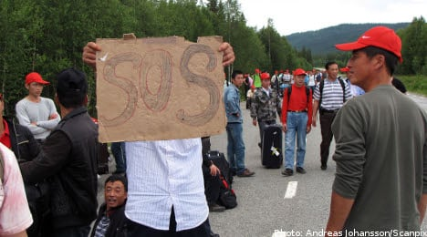 Chinese berry pickers march in protest
