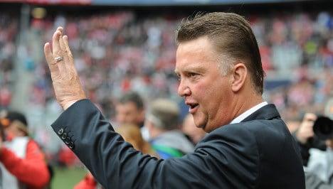 Bayern extends van Gaal's contract despite poor season start