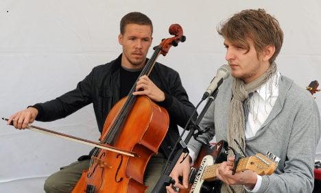 Berlin buskers break record for longest street concert