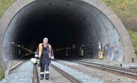 Suicide attempt traps 600 in Bavarian train tunnel