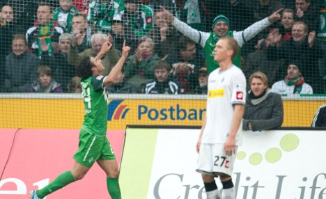 Werder thrash Gladbach to stay in touch at top