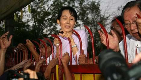 Merkel tells Burma to free all political prisoners