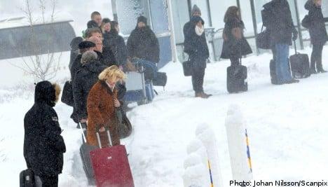 Traffic problems persist as snowfalls continue