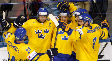 Swedes thrash US to claim hockey top spot