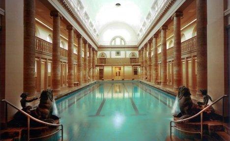 Berlin swimming pool hosts underwater opera