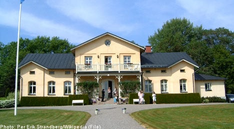 Swedes pick country manor over exotic abode