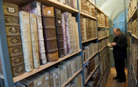 Bibliophile bureaucrat banged up for book burglary