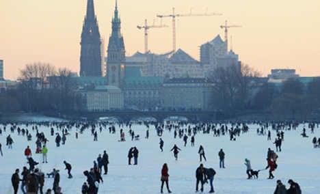 Hamburg lake draws 100,000 skating fans
