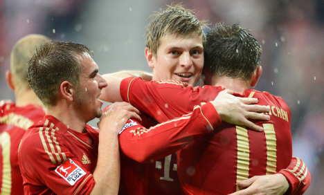 Bayern hot on Dortmund's heels