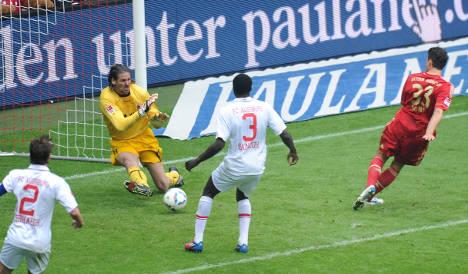 Gomez goals keep Bayern's hopes alive