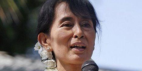 Hollande assures Suu Kyi of support