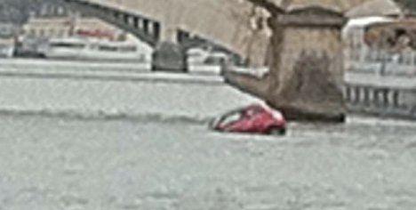 Fiat falls into the river Seine