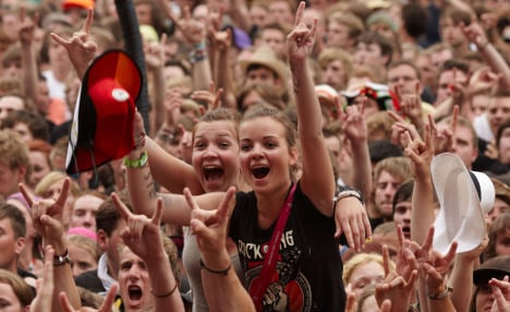Fair weekend but rockers face rainy Sunday