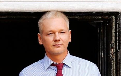 German MP visits Assange in embassy