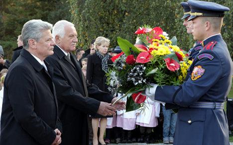 Gauck remembers Czech massacre victims