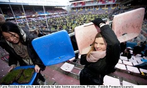 Football fans dismantle stadium for souvenirs