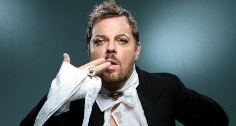 Comedian Izzard wows Paris crowd – in French