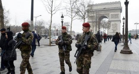 Bomb scare closes Arc de Triomphe roundabout