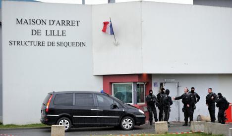 Police hunt gangster after French prison break