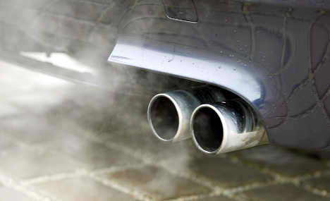 Car boss asks Merkel to rethink CO2 pledge