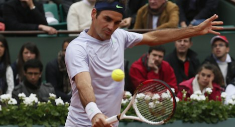 Federer eases to 55th victory at French Open