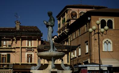 Italian mayor's paint job saves town €10,000