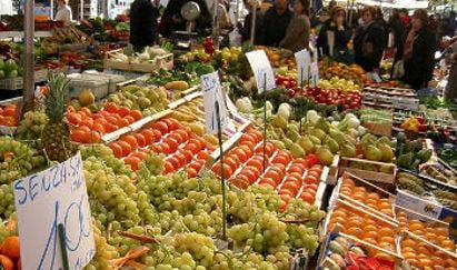 Cash-strapped Italians cut back on spending