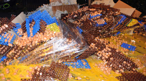 Un oeuf is enough! Mad farmers smash eggs