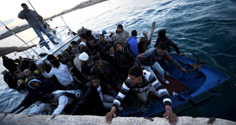 Syrian refugee gives birth on boat arriving in Sicily