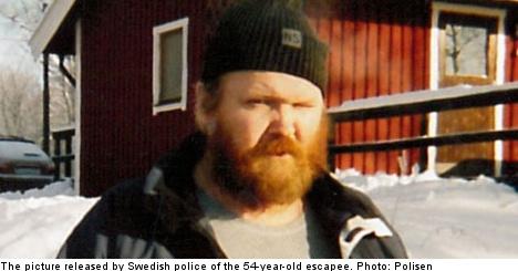 Cops find violent fugitive despite close shave