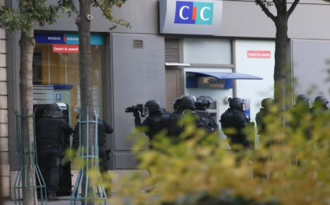 Gunman surrenders after taking four hostage
