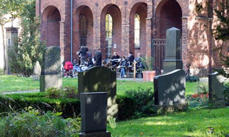 Business booms in Berlin graveyard cafe