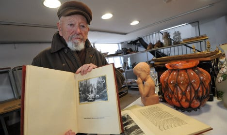 French WWII veteran cashes in on Hitler pics