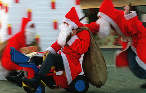 Customer bah humbugs Nikolaus delivery man