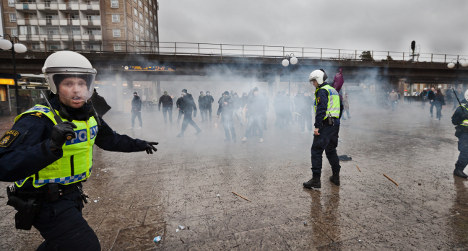 VIDEO – Swedish Nazis attack families at demo