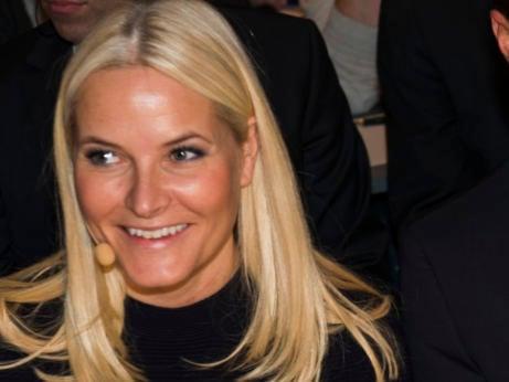 Princess Mette-Marit shows off neck scar
