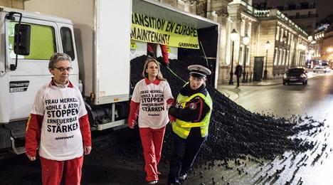 Greenpeace dumps coal ahead of Merkel meet